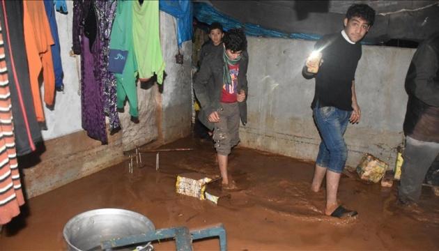У Сирії дощі затопили 11 наметових таборів біженців