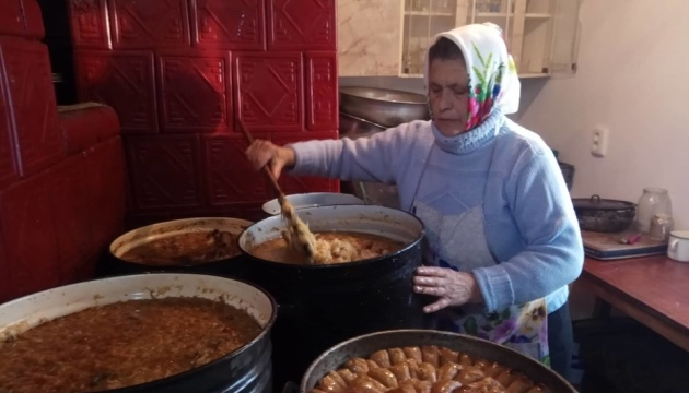Волонтери приготували три тонни домашніх страв для військових на передовій
