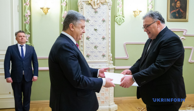 Poroshenko receives credentials from ambassadors of three countries
