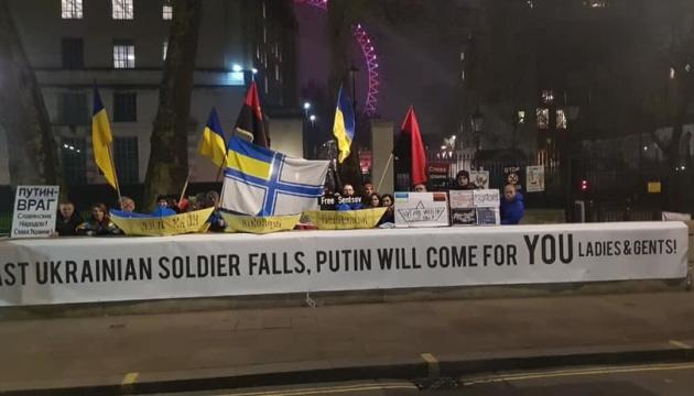 Під офісом Мей 30 днів тривала акція на підтримку заручників Кремля