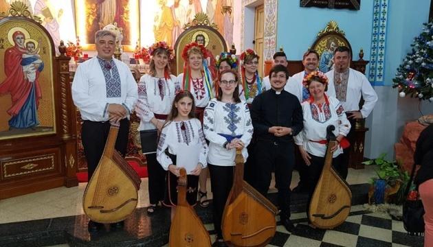 Ucranianos en Argentina interpretan villancicos navideños tocando bandura (Foto, Vídeo)