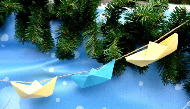 Christmas tree in Zhytomyr decorated with blue and yellow paper boats