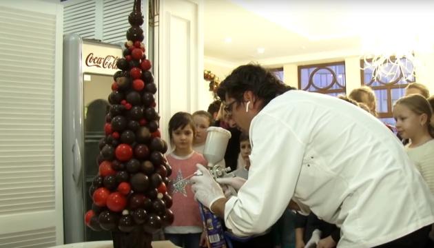 15 кілограмів шоколаду: ужгородський кондитер створив їстівну ялинку