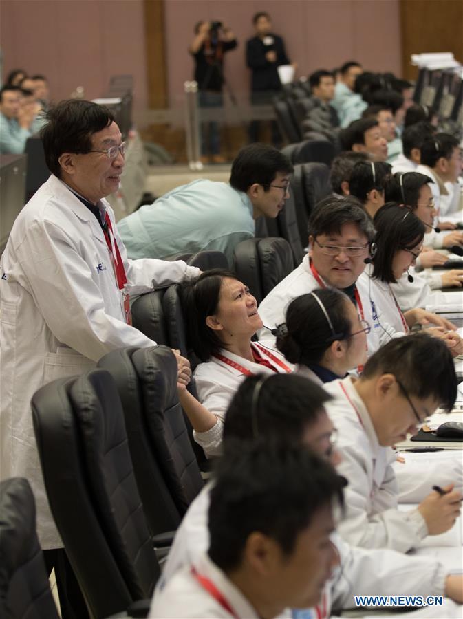 Техники празднуют после приземления лунного зонда. Фото: Xinhua