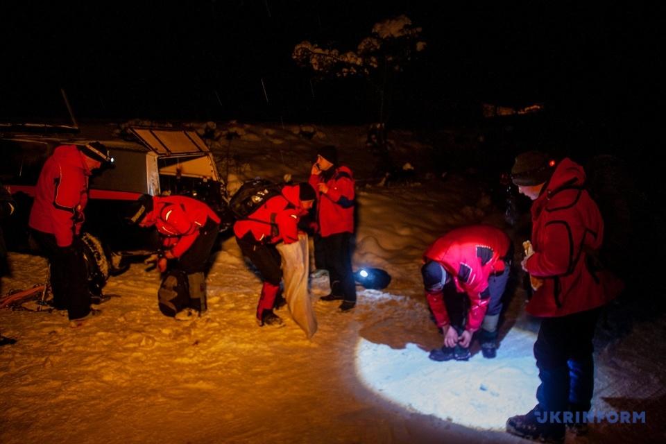 Рятувальники знайшли 3 туристів, які заблукали в Карпатах - ДСНС