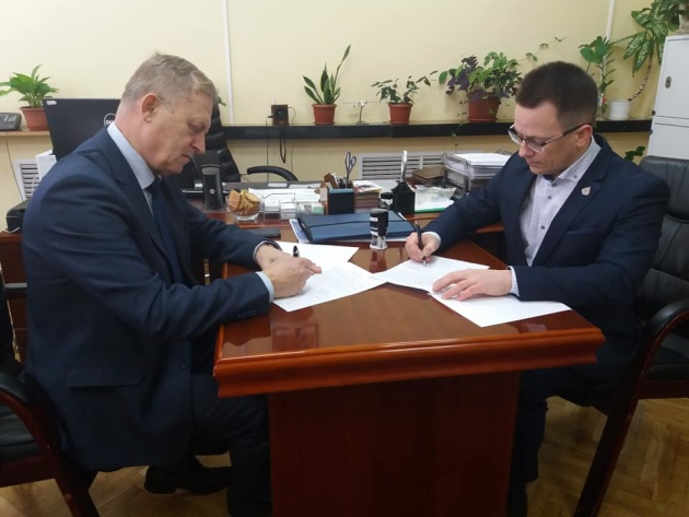Ректор ЖНАЕУ Олег Скидан (праворуч) та начальник НЦУВКЗ Володимир Присяжний (ліворуч)