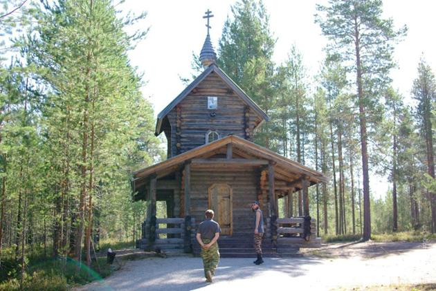 Дерев'яна капличка на станції Медвєж'я гора Кіровської залізниці, де зберігається пам'ятна книга з іменами розстріляних тут людей58 національностей