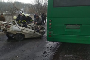 キーウ郊外でマルシュルートカと乗用車が衝突、死者3名