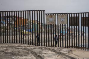 """За неделю в США через подкоп под """"стеной"""" попали 376 человек, из них 179 - дети"""