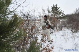 占领军持续向新米哈伊洛夫卡开火1小时,一名乌战士受伤