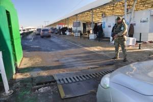 В пунктах пропуска на линии разграничения застряли 350 авто