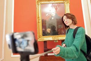 Столичні музеї обіцяють призи за селфі з експонатами