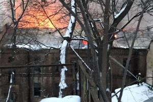 Полиция перекрыла вход во двор, где на Грушевского горит здание