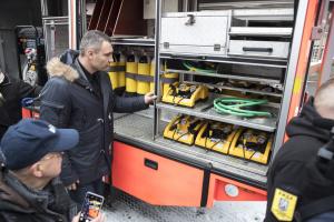 Кличко передал спасателям шесть немецких пожарных спецавтомобилей