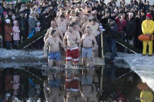 Кличко и мэры более 30 городов на Крещение ныряли в Днепре