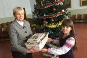 Українка зі США надіслала подарунки талановитим учням волинської школи