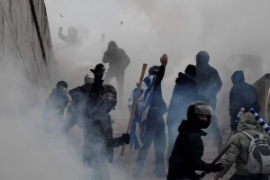 В Афинах полиция применяет против демонстрантов перечный газ и дубинки