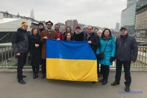 """До 100-річчя Злуки українці Відня утворили """"ланцюг єднання"""""""