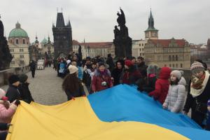 """Украинцы образовали """"цепь единения"""" на Карловом мосту в Праге"""