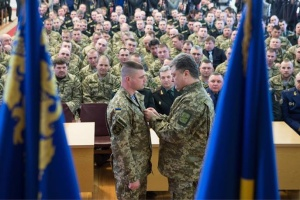 Порошенко поздравил с 32-летием Героя Украины Александра Порхуна