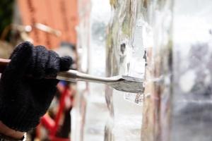 Вандалы сломали стену для фестиваля ледяных скульптур в Сумах