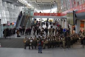 """Во Львовском аэропорту три военных оркестра дали концерт в память """"киборгов"""""""
