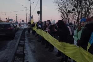 На мосту Патона в Киеве начали образовывать живую цепь соборности