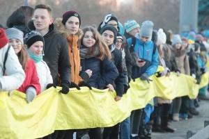 На мосту Патона у Києві почали утворювати живий ланцюг соборності