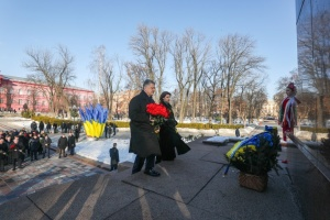 Президент с супругой возложили цветы к памятникам Шевченко и Грушевскому