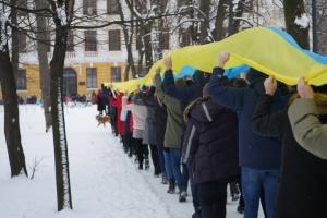 В Черновцах школьники развернули 25-метровый флаг Украины