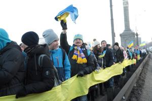 В Киеве на мосту Патона создали живую цепь единства