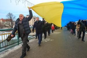 В Ужгороде ко Дню Соборности соединили 100-метровым флагом два берега реки