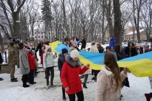 В Черновцах школьники развернули 25-метровый флаг