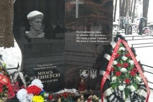 Українські дипломати у Білорусі поклали квіти до могили Героя України Жизневського