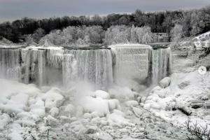 На Ниагарском водопаде раскинулось ледяное королевство
