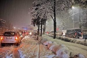 На главной трассе Боснии из-за снега образовались километровые заторы