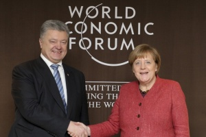 Порошенко у Давосі обговорив із Меркель загострення на Азові