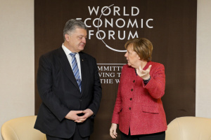 Порошенко в Давосе обсудил с Меркель обострение на Азове