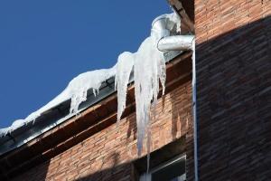 Що робити, щоб не стати жертвами крижаних брил з дахів будинків