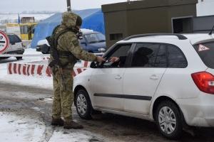 В пунктах пропуска на Донбассе застряли 470 авто