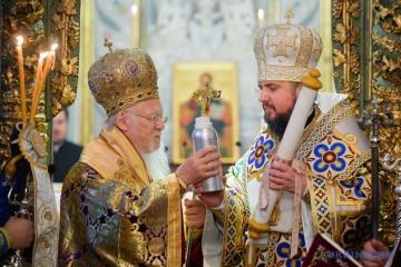 El Patriarca Ecuménico Bartolomé I entrega el Tomos a la Iglesia Ortodoxa de Ucrania
