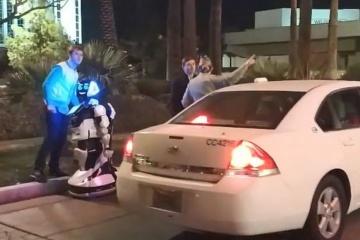"""В Лас-Вегасе Tesla на автопилоте сбила """"насмерть"""" российского робота"""