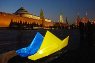 露クレムリン近くに黄色と青の折り紙の船が登場 拘束される宇海軍軍人を応援
