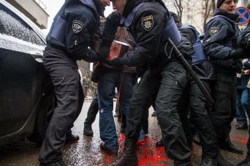 オデーサ市の露総領事館前にて、警察と集会参加者の間で小競り合いが発生