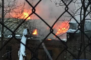 Leerstehendes Haus brennt auf Kyjiwer Hauptstraße Chreschtschatyk - Fotos