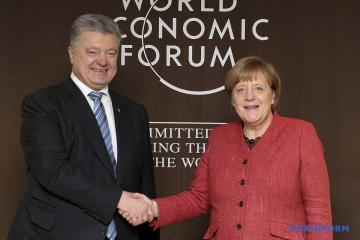Poroschenko erörtert mit Merkel in Davos Verschärfung am Asowschen Meer