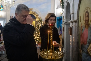 La pareja presidencial deposita flores en la Cruz Memorial a los Héroes de Kruty (Fotos)