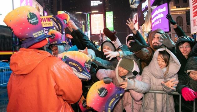 Сотни тысяч людей встретили Новый год на Times Square в Нью-Йорке