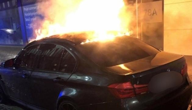 В Брюсселе хулиганы сожгли елку, ограбили аптеку и напали на пожарных