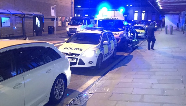 В Манчестере мужчина с ножом напал на прохожих, полиция не исключает теракт